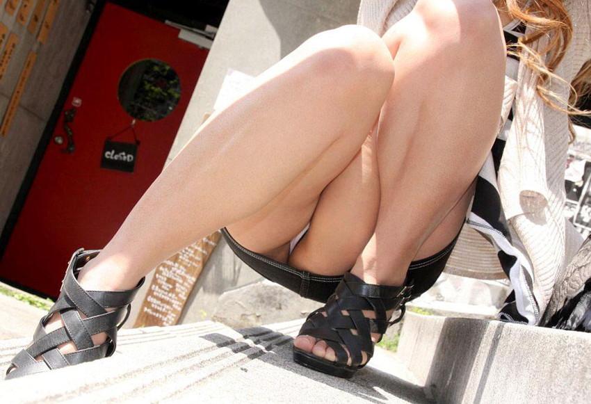 【しゃがみ込みパンチラエロ画像】しゃがみ込んだ女の子の股間に視線は集中!www 29