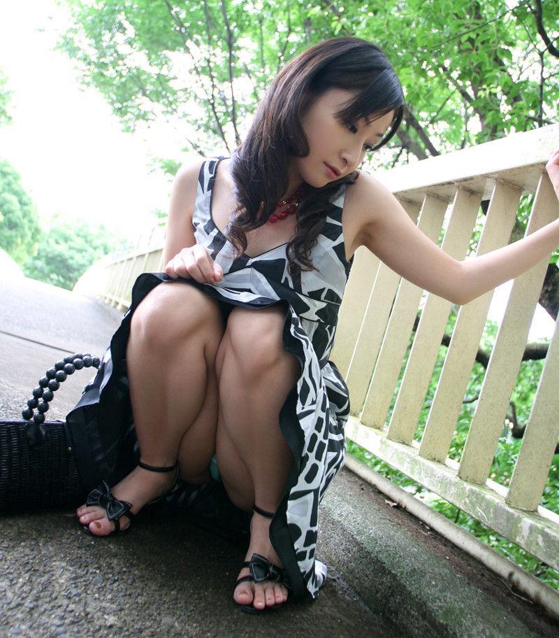 【しゃがみ込みパンチラエロ画像】しゃがみ込んだ女の子の股間に視線は集中!www 30