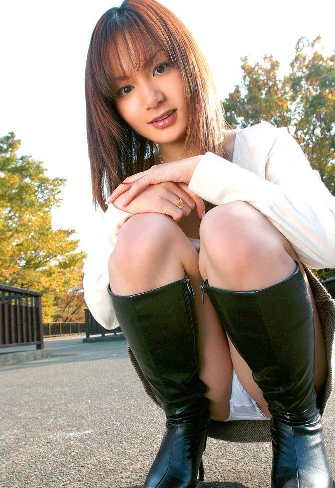 【しゃがみ込みパンチラエロ画像】しゃがみ込んだ女の子の股間に視線は集中!www 31