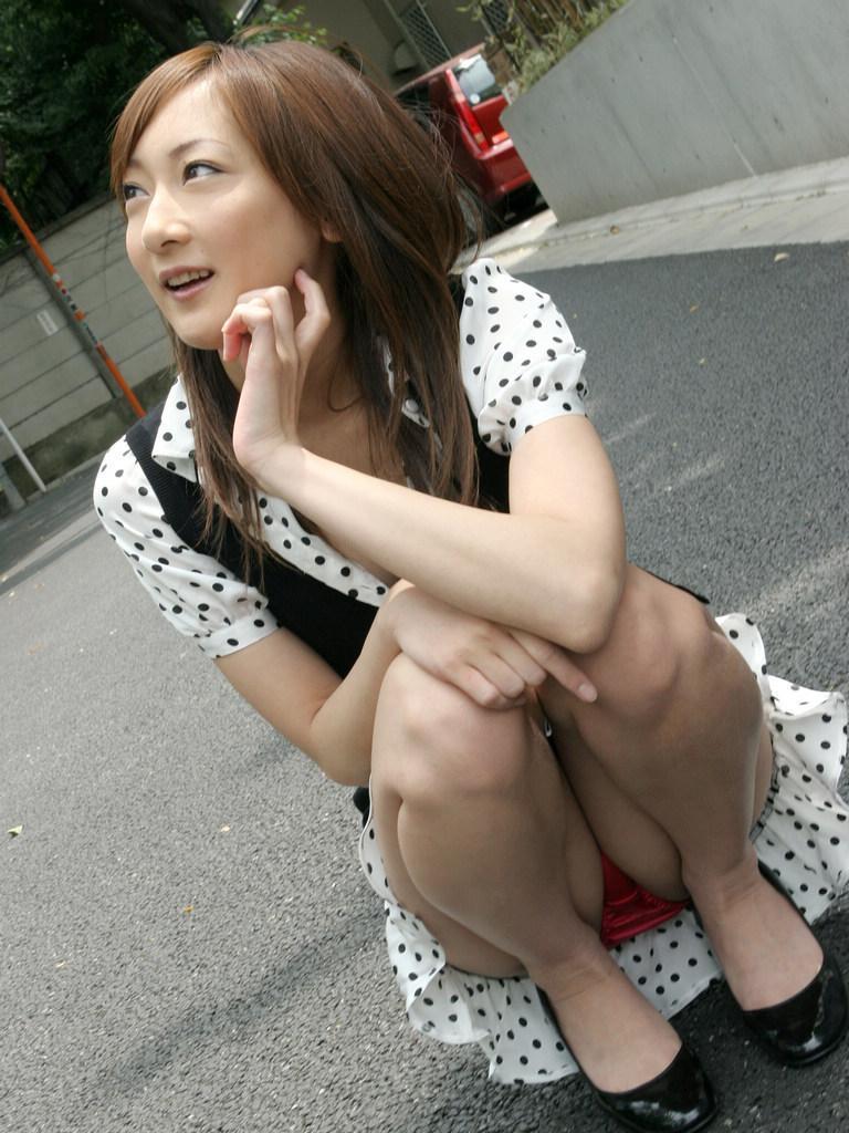 【しゃがみ込みパンチラエロ画像】しゃがみ込んだ女の子の股間に視線は集中!www 33