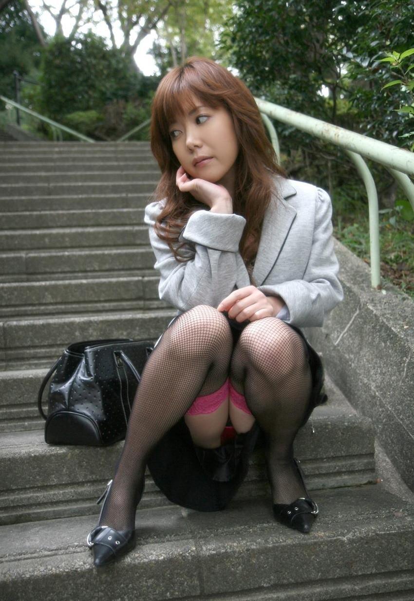 【しゃがみ込みパンチラエロ画像】しゃがみ込んだ女の子の股間に視線は集中!www 34