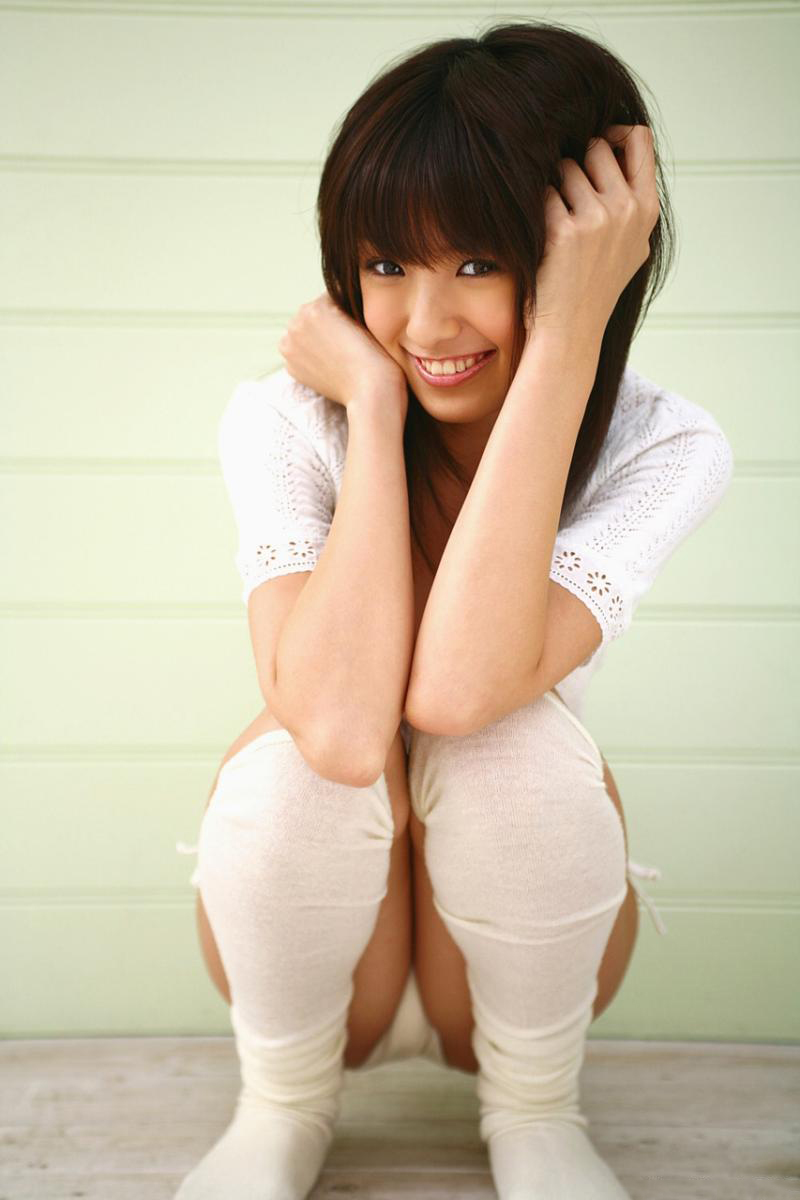 【しゃがみ込みパンチラエロ画像】しゃがみ込んだ女の子の股間に視線は集中!www 36