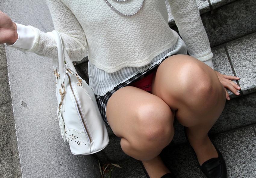 【しゃがみ込みパンチラエロ画像】しゃがみ込んだ女の子の股間に視線は集中!www 45