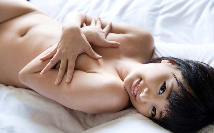 【手ブラエロ画像】こういうチラリズムに男は萌える!?手ブラで隠しているおっぱい! 10