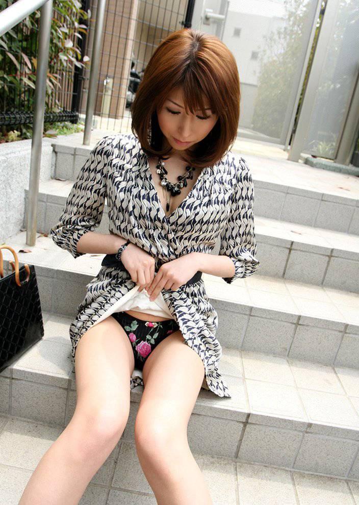 【セルフパンチラエロ画像】女の子が自らスカートをめくってパンチラ披露! 05