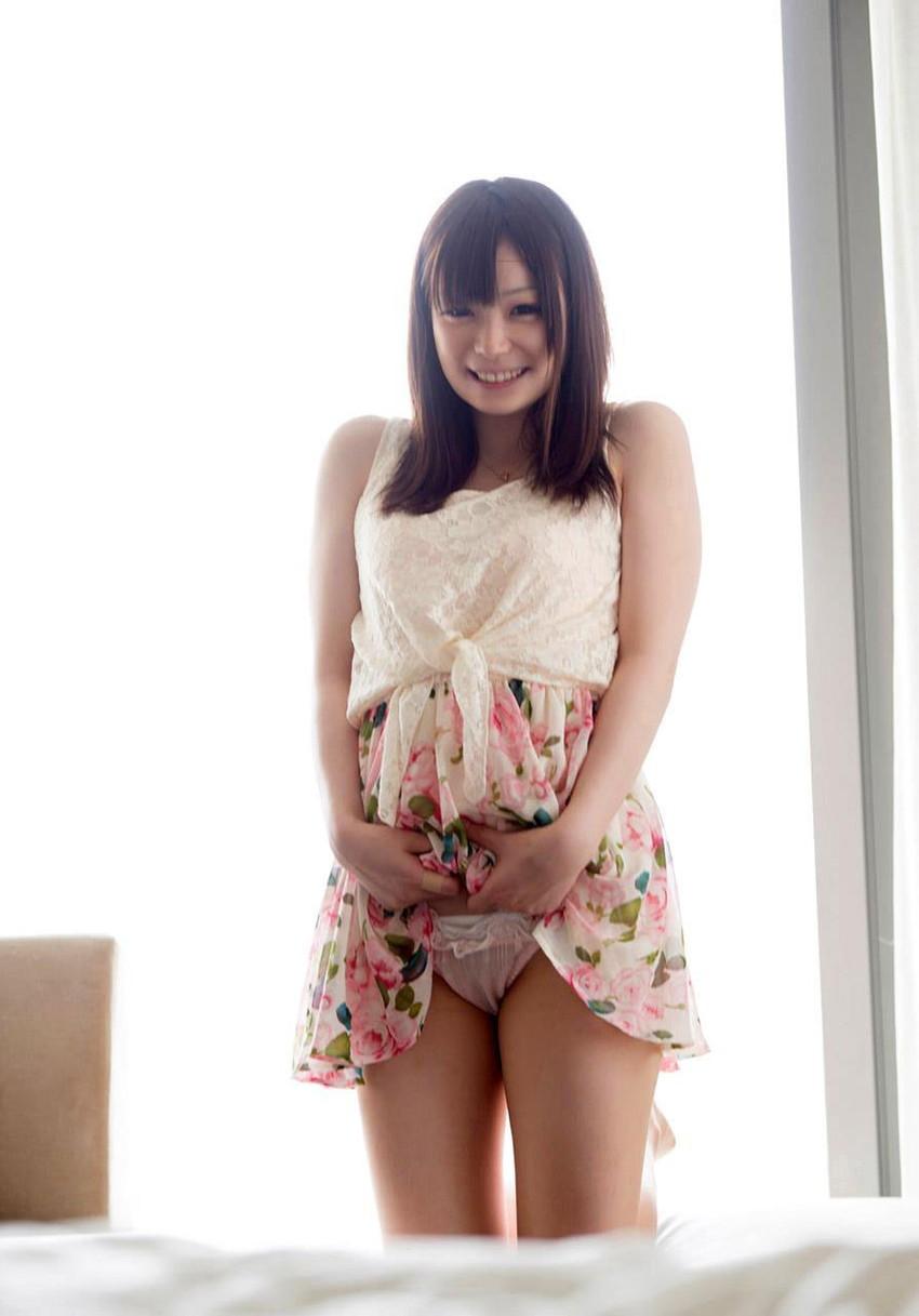 【セルフパンチラエロ画像】女の子が自らスカートをめくってパンチラ披露! 12