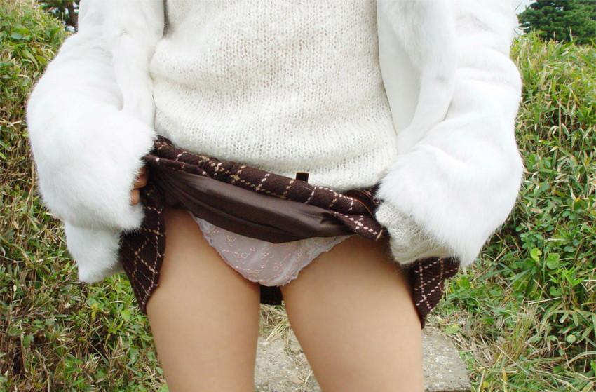 【セルフパンチラエロ画像】女の子が自らスカートをめくってパンチラ披露! 32