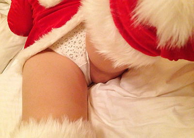 【サンタコスプレエ□画像】素人女子がクリスマス当日にミニスカサンタ服で限界ギリギリの露出を自撮りww