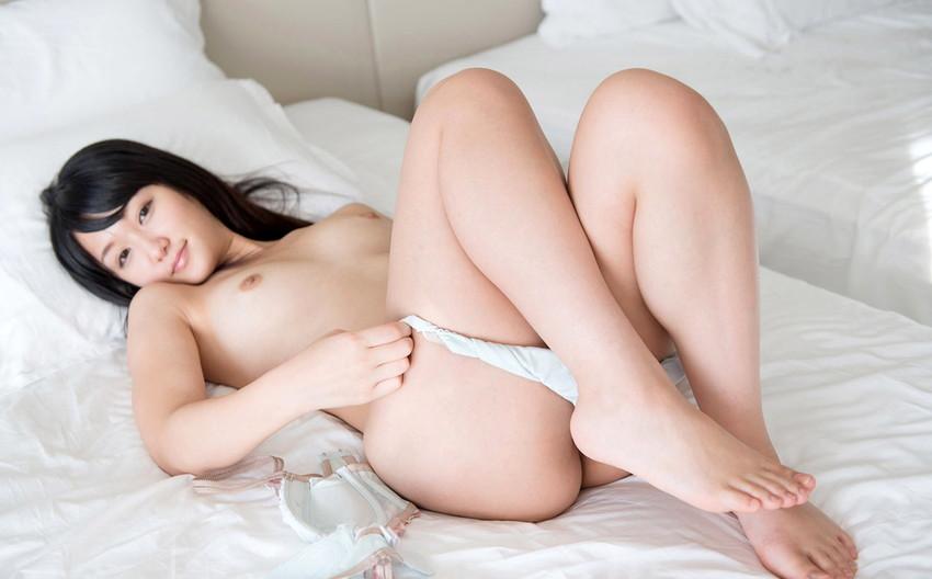 【パンツ半脱ぎエロ画像】脱ぎかけた女の子のパンティーってソソるよな!?w 54