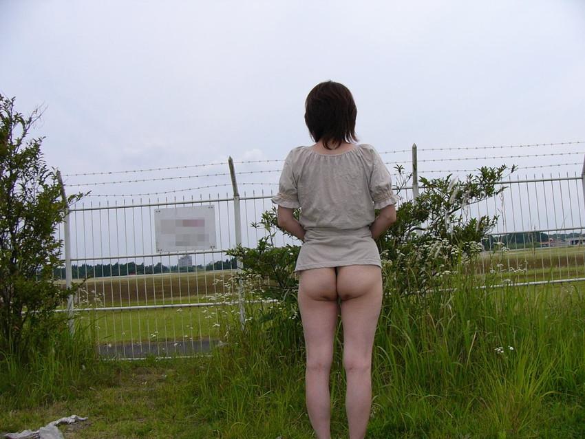 【野外露出エロ画像】こんな場所でも大胆に脱衣!野外露出エロ画像! 42