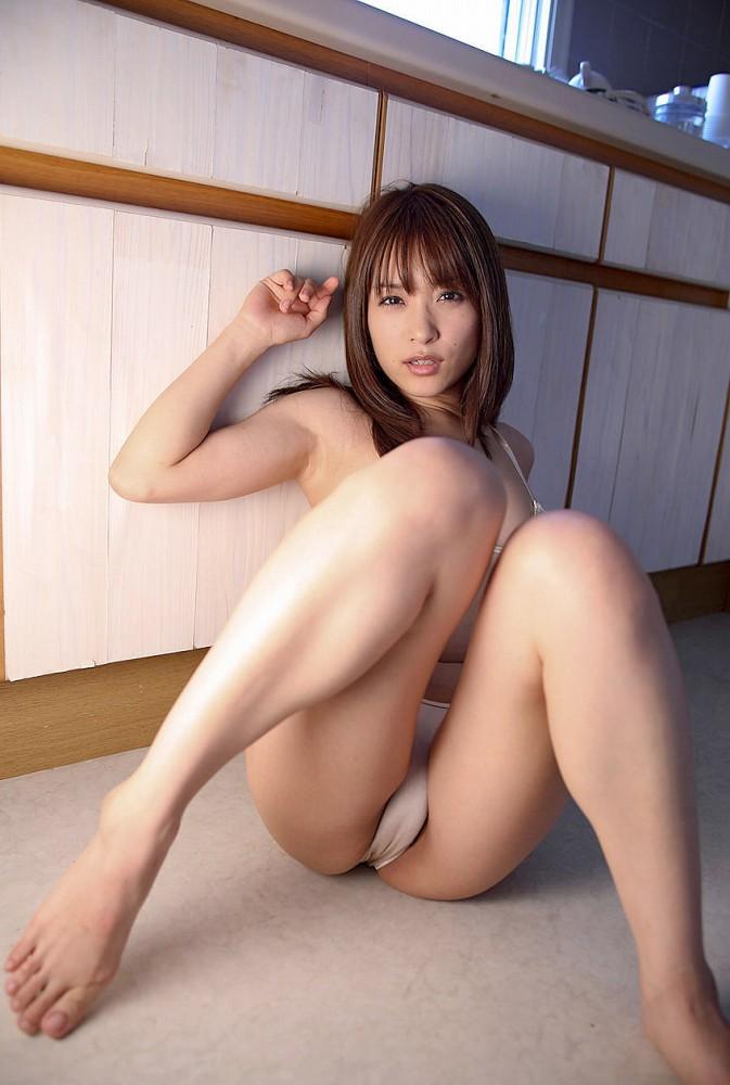 【M字開脚エロ画像】股間を見せ付けるかのような開脚ポーズにフル勃起ww 22
