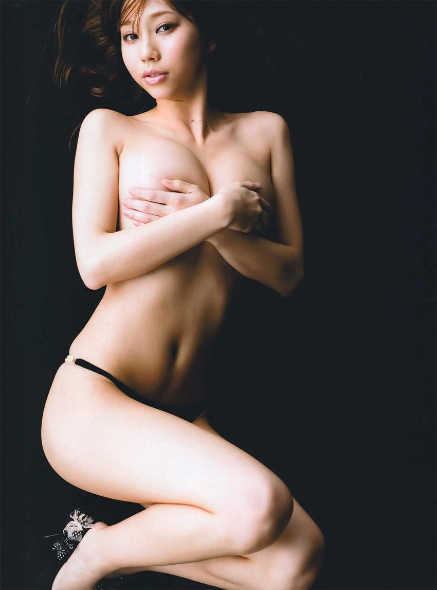 【手ブラエロ画像】セクシーすぎるポーズ!おっぱいを手のひらだけで隠す手ブラ! 09