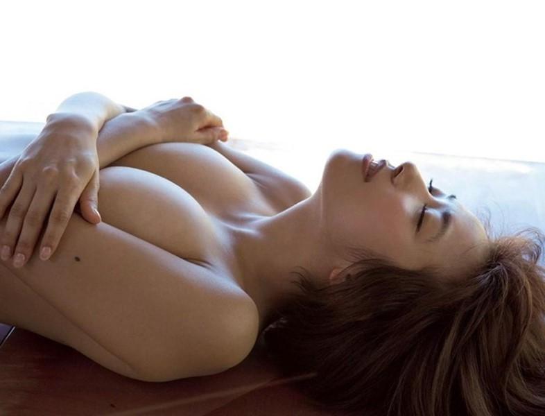【手ブラエロ画像】セクシーすぎるポーズ!おっぱいを手のひらだけで隠す手ブラ! 36