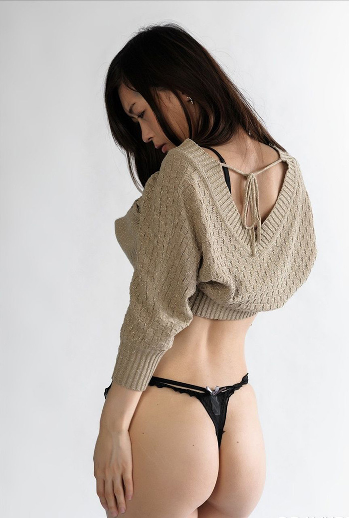 【Tバックエロ画像】セクシーさと美しさを演出できる女性下着といえばコレ! 14