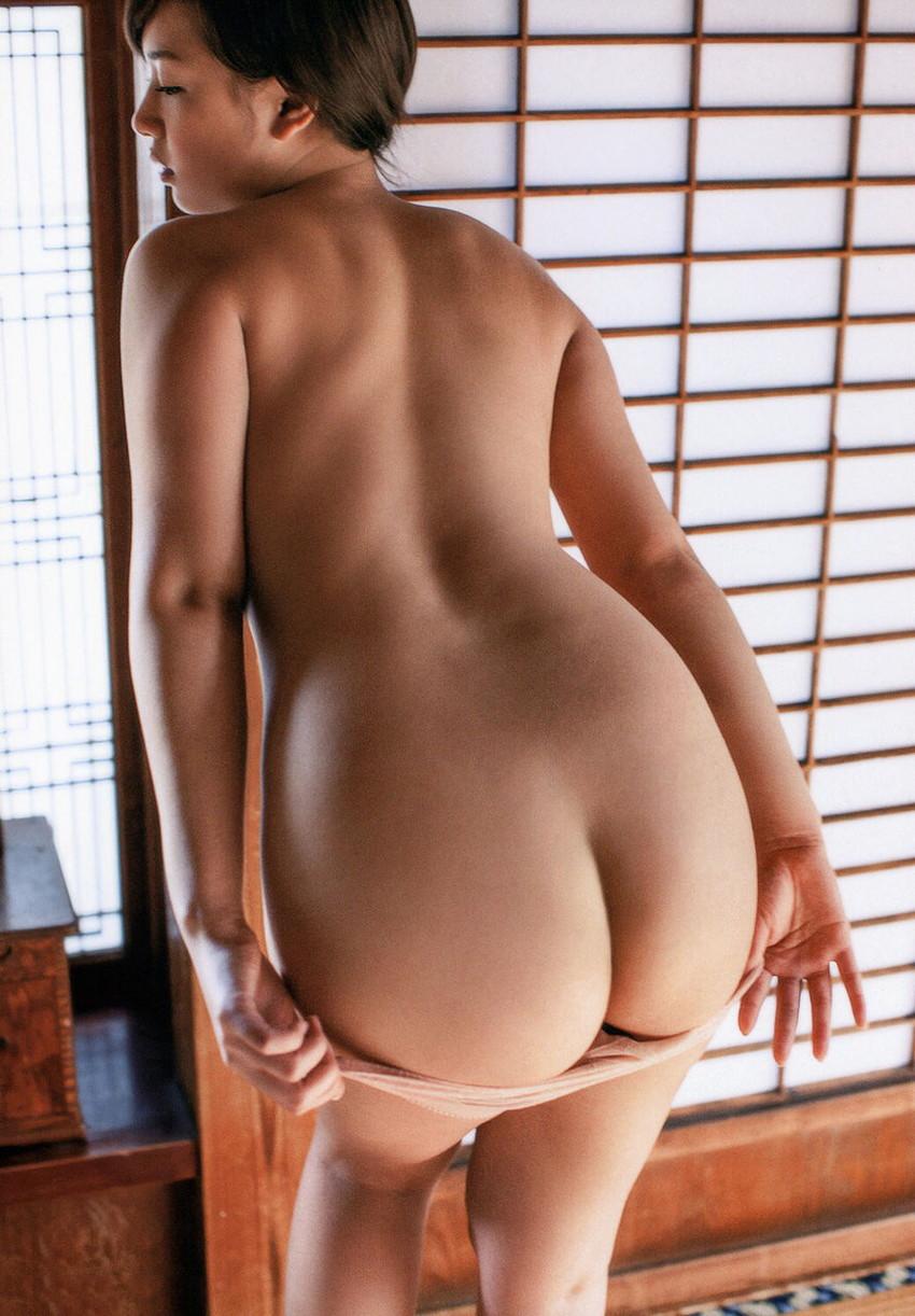 【パンツ半脱ぎエロ画像】スルリと脱ぎかけたパンティーにフェチ心くすぐられるww
