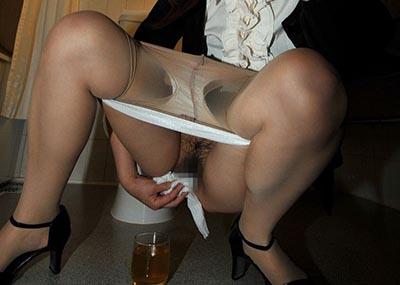 【画像あり】女の子がオシッコ後にアソコを拭いてる姿がたまらないwwwwwwwwww(30枚)