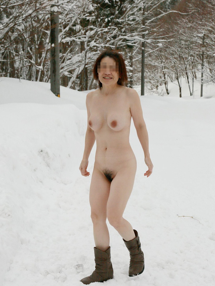 【野外露出エロ画像】こんなところで大胆過激!野外露出が大好き素人娘たち! 18
