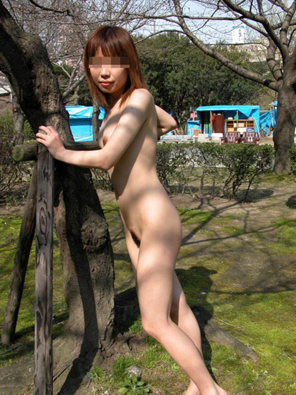 【野外露出エロ画像】こんなところで大胆過激!野外露出が大好き素人娘たち! 43