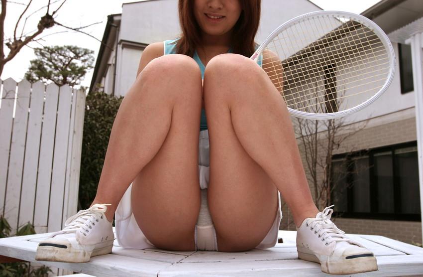 【M字開脚エロ画像】股間を注視してくれと言わんばかりの大胆な開脚ポーズ! 22
