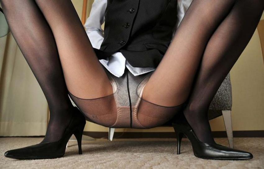 【M字開脚エロ画像】股間を注視してくれと言わんばかりの大胆な開脚ポーズ! 33