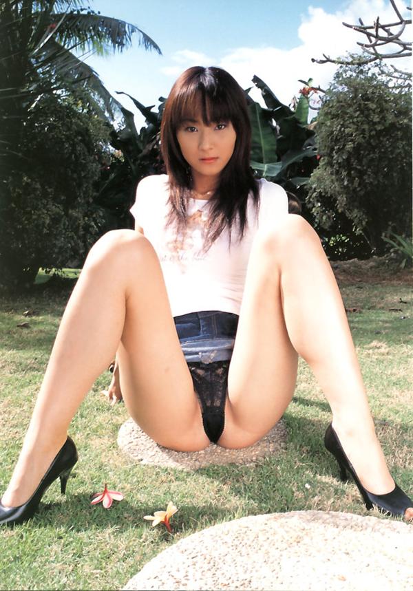 【M字開脚エロ画像】股間を注視してくれと言わんばかりの大胆な開脚ポーズ! 35