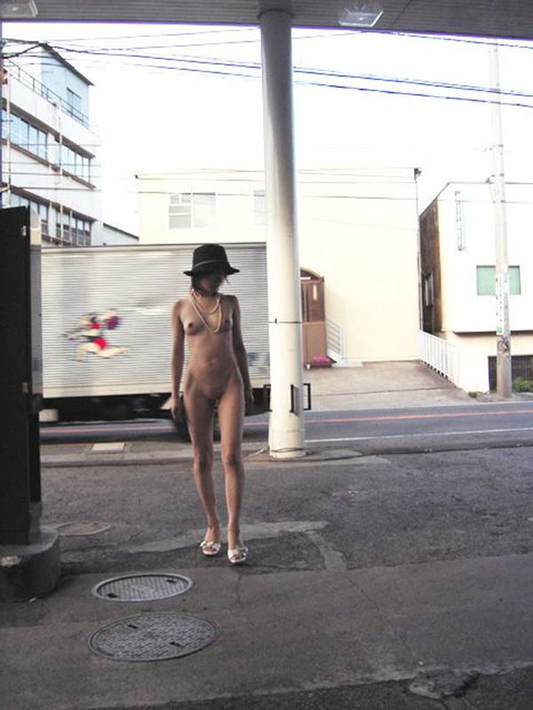 【野外露出エロ画像】屋外で裸体を晒す女の子たち!露出癖をもち女の性!?w