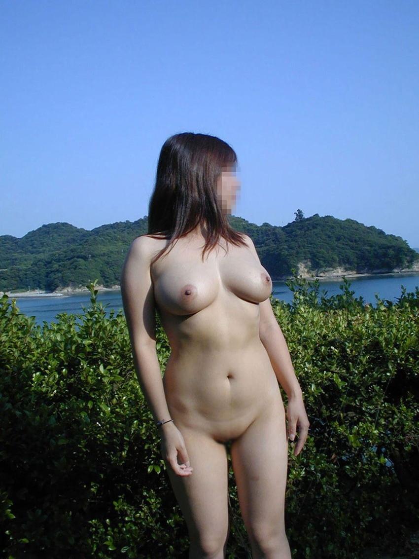 【野外露出エロ画像】屋外で裸体を晒す女の子たち!露出癖をもち女の性!?w 06