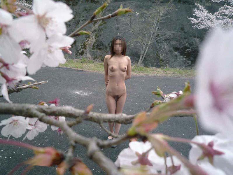 【野外露出エロ画像】屋外で裸体を晒す女の子たち!露出癖をもち女の性!?w 08