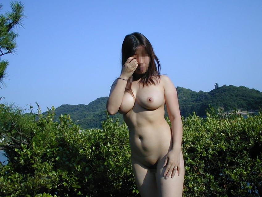 【野外露出エロ画像】屋外で裸体を晒す女の子たち!露出癖をもち女の性!?w 35