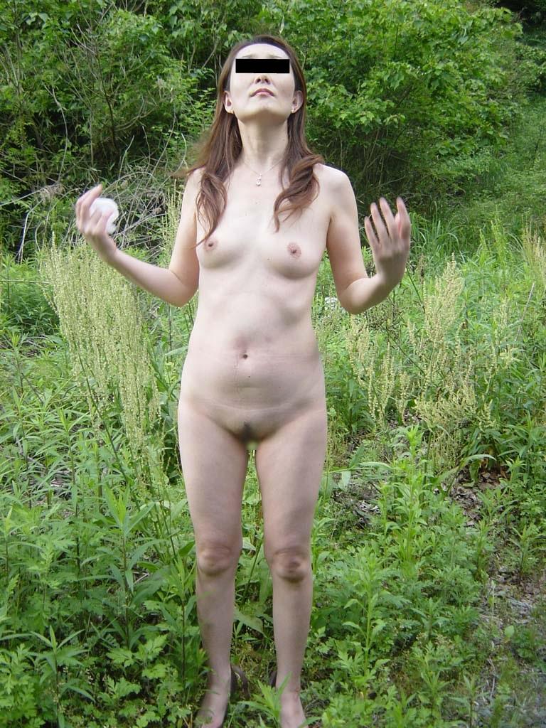 【野外露出エロ画像】屋外で裸体を晒す女の子たち!露出癖をもち女の性!?w 36