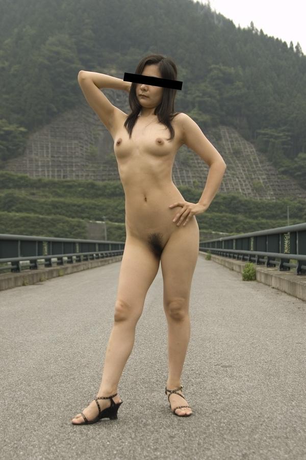 【野外露出エロ画像】屋外で裸体を晒す女の子たち!露出癖をもち女の性!?w 37
