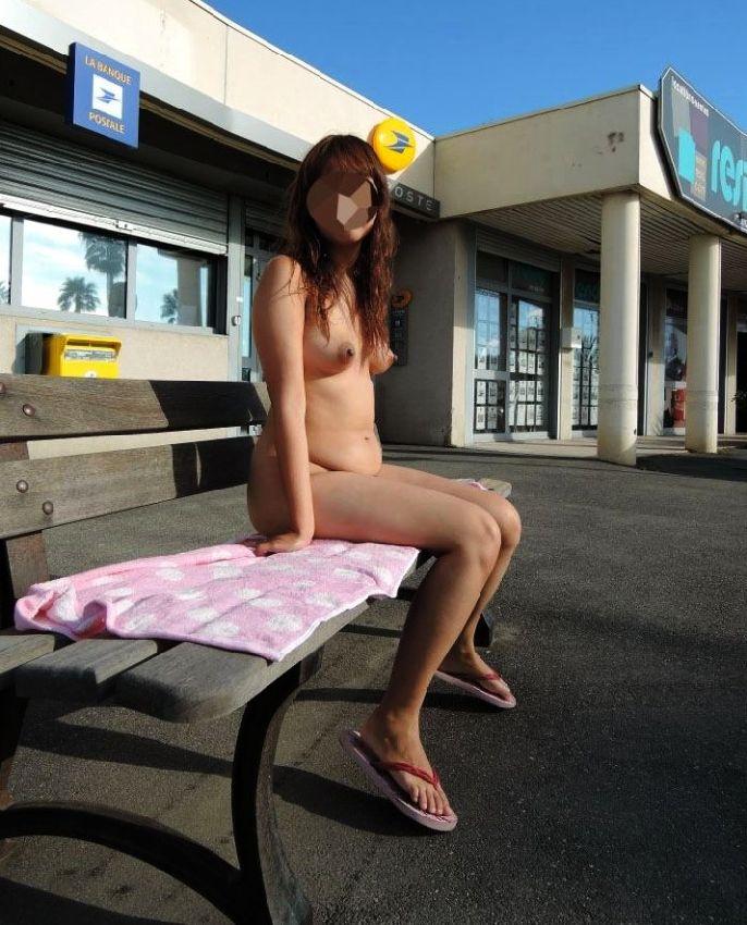 【野外露出エロ画像】屋外で裸体を晒す女の子たち!露出癖をもち女の性!?w 42