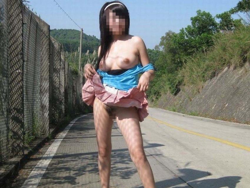 【野外露出エロ画像】屋外で裸体を晒す女の子たち!露出癖をもち女の性!?w 43