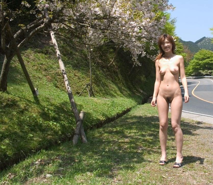 【野外露出エロ画像】屋外で裸体を晒す女の子たち!露出癖をもち女の性!?w 48