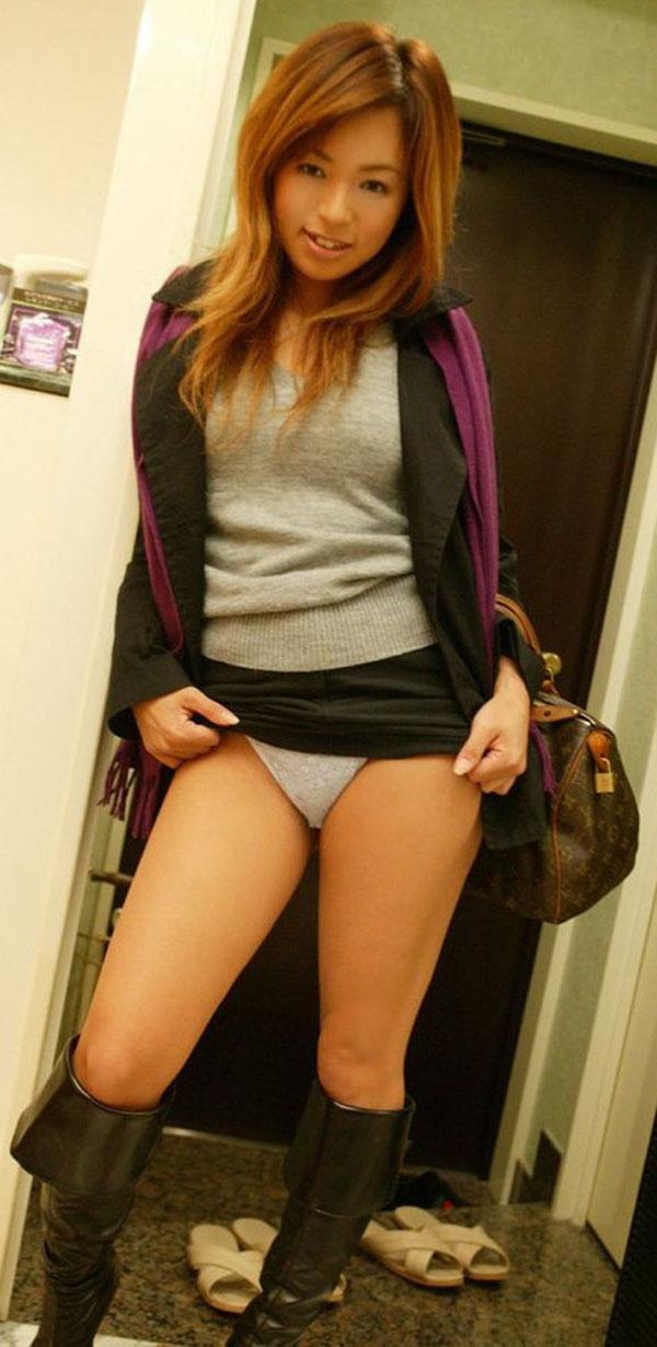 【セルフパンチラエロ画像】スカートの中身を自ら見せてくれる女の子!女神かよ!?w