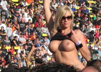 【画像】野球場でお○ぱいポロンする露出女wwwwwww