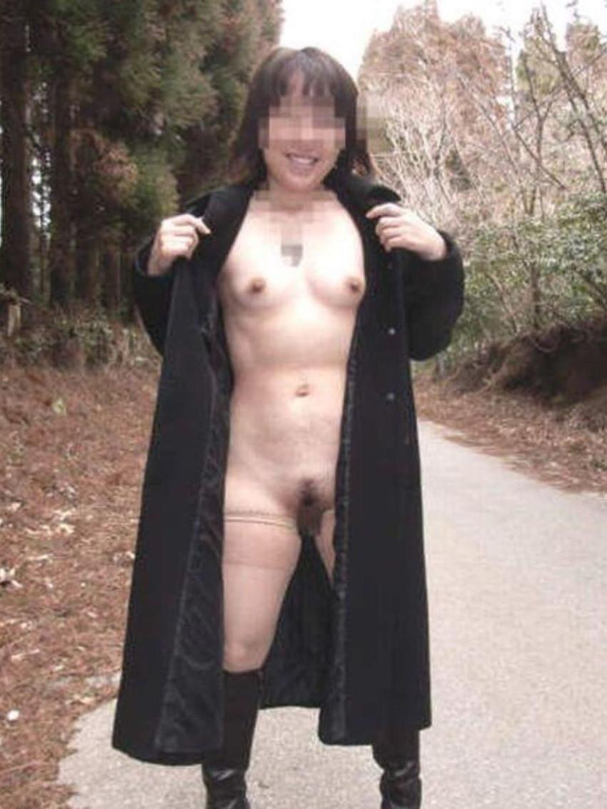 【野外露出エロ画像】野外で大胆過激な露出プレイ!素人娘たちの野外露出! 39