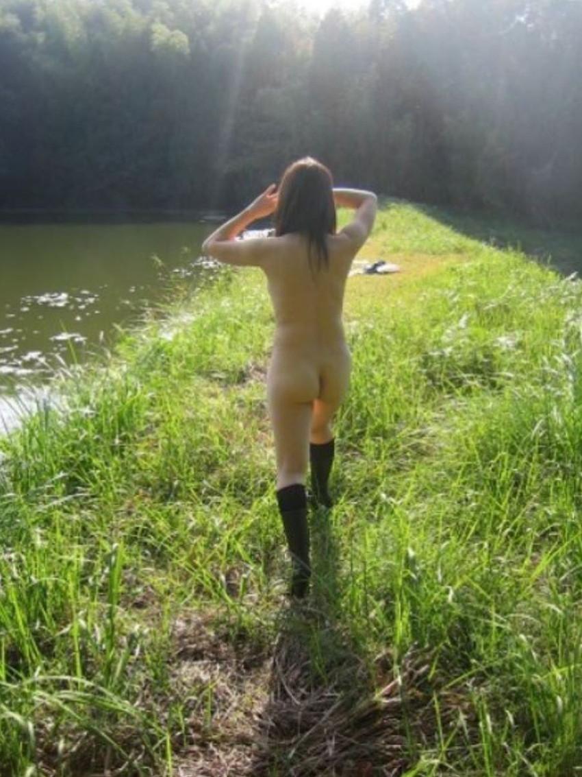 【野外露出エロ画像】野外で大胆過激な露出プレイ!素人娘たちの野外露出! 46