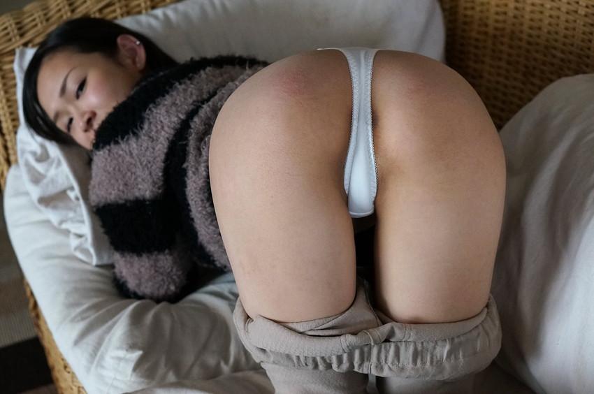 【裸エプロンエロ画像】全裸にエプロンのみで男を迎えるという裸エプロン最高! 35