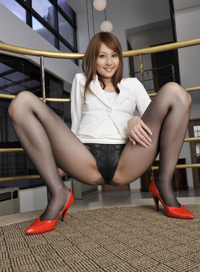 【M字開脚エロ画像】Mの字に開脚された両足の中心についつい視線が集中!www 45