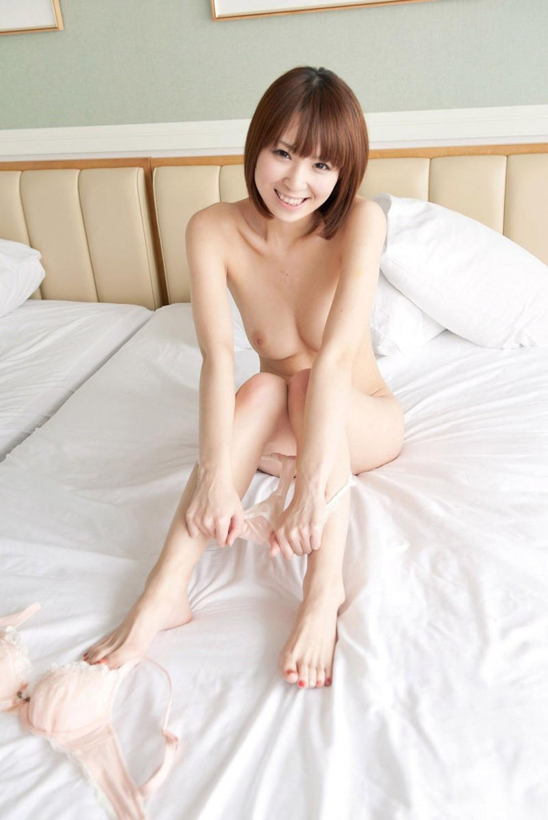 【パンツ半脱ぎエロ画像】フェチ心が動く!?パンティーを脱ぎかけた女の子特集! 35