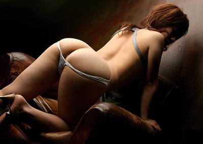 【半ケツエロ画像】スルリ脱ぎ掛けたパンティー!顔を出すお尻のワレメ!www