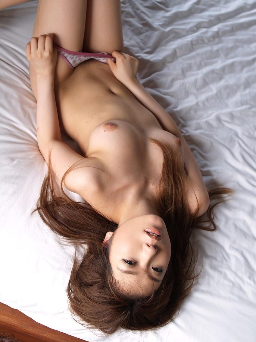 【パンツ半脱ぎエロ画像】女の子がパンティーを脱ぎかけたその瞬間、ドキドキが止まらんww 19