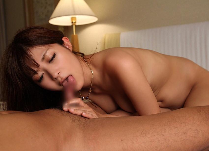 【全裸フェラチオエロ画像】素っ裸で男のチンポを求め、咥える女ってエロいよな! 03
