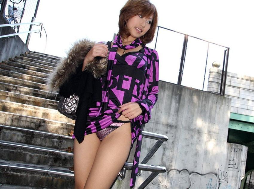【セルフパンチラエロ画像】女の子がわざとパンツを見せ付ける!?セルフパンチラ! 07