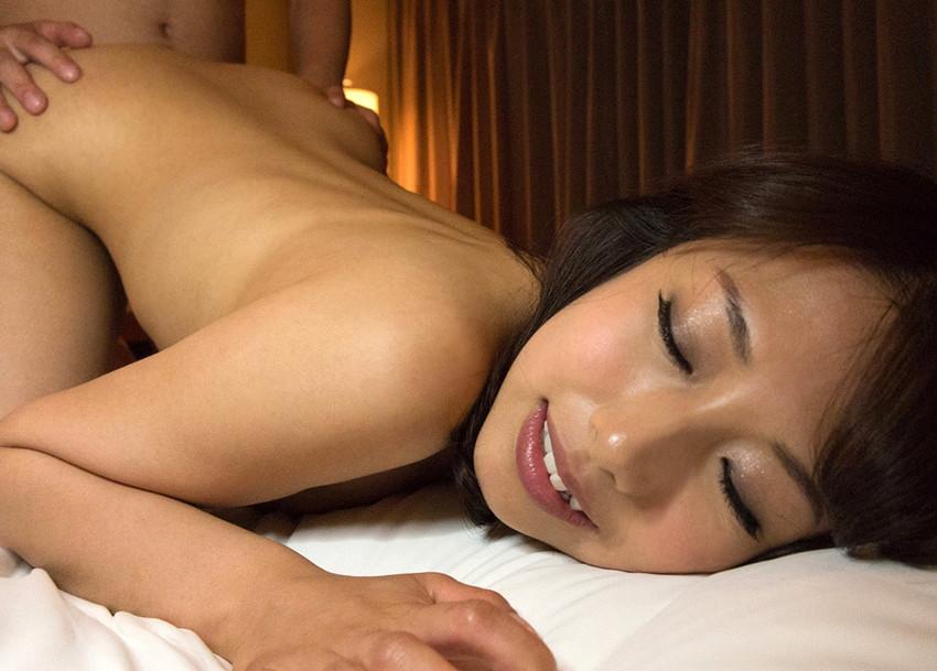【バックエロ画像】バックからオマンコ突かれて感じまくっている女の子! 54