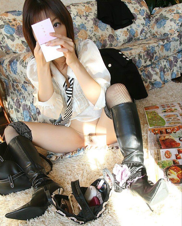 【M字開脚エロ画像】ノーパンでオマンコ見せつけポーズのM字開脚って卑猥すぎるww 07