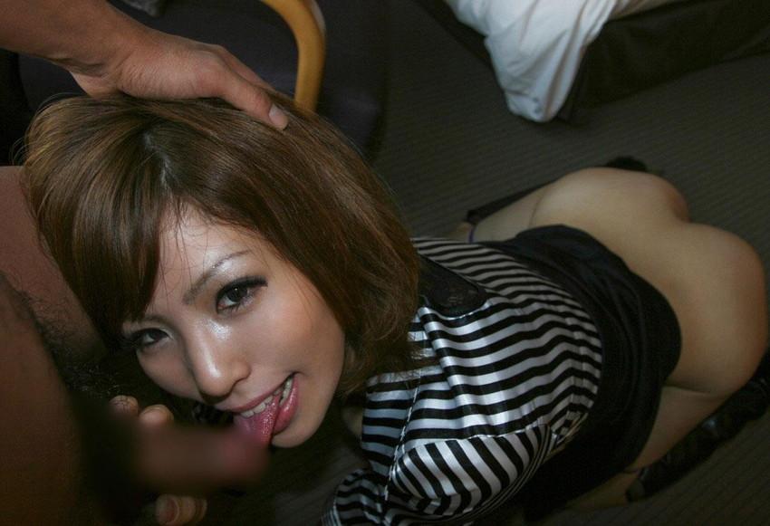 【着衣フェラチオエロ画像】チンポ大好き女は脱衣前からチンポを求めてしゃぶりつく! 25