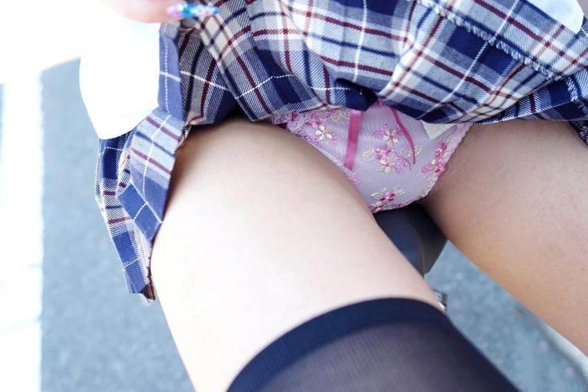【セルフパンチラエロ画像】スカートを自分から捲り上げてパンチラ見せ付ける女子 05