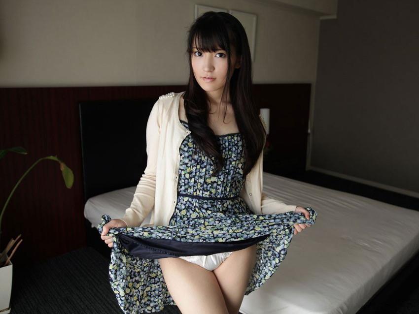 【セルフパンチラエロ画像】スカートを自分から捲り上げてパンチラ見せ付ける女子 12